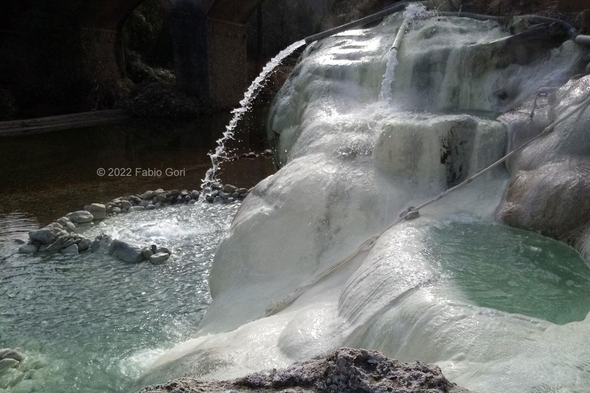 siena terme di petriolo le vasche veduta delle pozze termali sulle sponde del fiume sono alimentate dal sottosuolo e non dallo scarico di uno