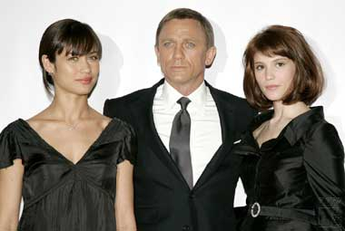 Il cast di Quantum of Solace, con Daniel Craig. Immagine tratta da www.commanderbond.net/article/4847